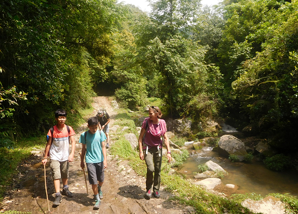 Hiking along Nagmati river -  himaland.com